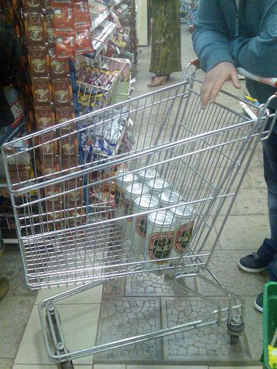 Закупка пивом в магазине вечером
