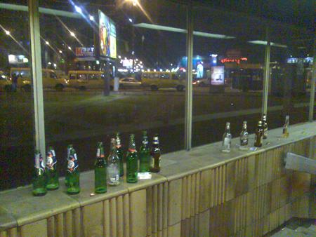 Горы бутылок пива у метро