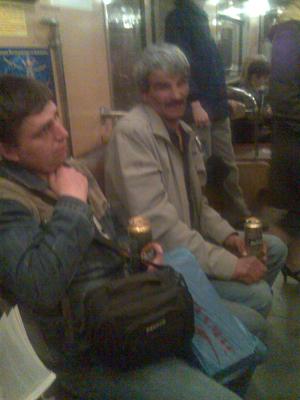 Двое мужиков с пивом в метро